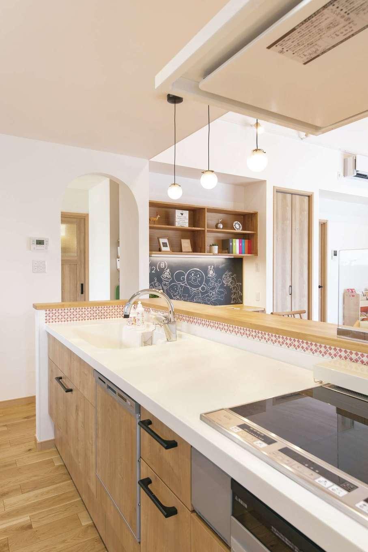 静鉄ホームズ【デザイン住宅、間取り、平屋】キッチンも木目調で統一。シンク周りのタイルがかわいい