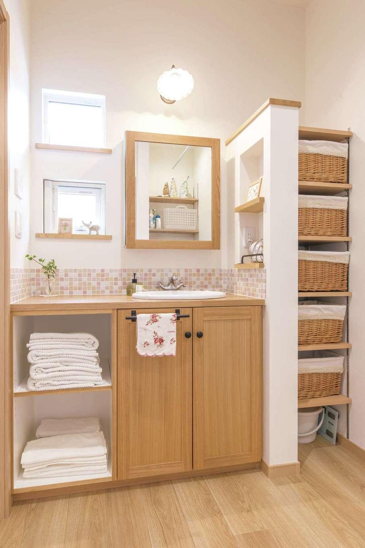 静鉄ホームズ【デザイン住宅、間取り、平屋】タイル、蛇口、照明、洗面ボウルなど一つ一つお気に入りを選んだ造作洗面。リネン棚や着替えの収納も使いやすく設計した