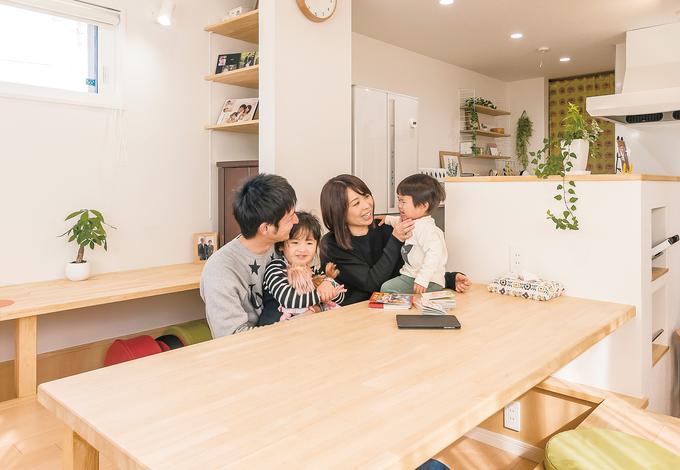 芹工務店 スキップフロアに設えた掘りごたつダイニングは家族の笑顔が集まる場所。キッチンに立つママと家族の目線が近く、コミュニケーションも取りやすい。背面のデスクスペースは、パソコンを使ったり、勉強したりと、フレキシブルに使えて便利