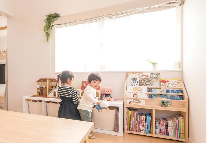 芹工務店 小さなブックラックがあるコーナーは、子ども達のお気に入りの場所。子ども達からもママがよく見えるのもポイント