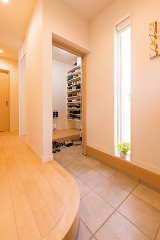 芹工務店 玄関には土間収納を設置。玄関からも室内からも出入りできる