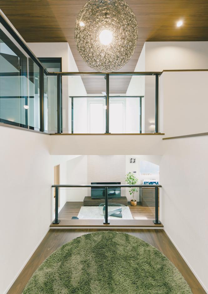 建築システム(狭小住宅専門店)【デザイン住宅、子育て、スキップフロア】リビングに実際以上の広がりをもたらす吹き抜けと中2階。光と視線を遮らないので、空間と家族に繋がりをもたらす