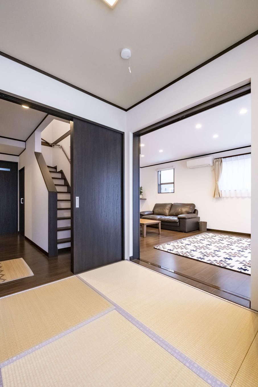 和室は玄関から直接入れるつくり。普段はLDKとつなげて、開放感がもたらされている。クロスはややグリーンがかったものを選び、落ち着きを演出した