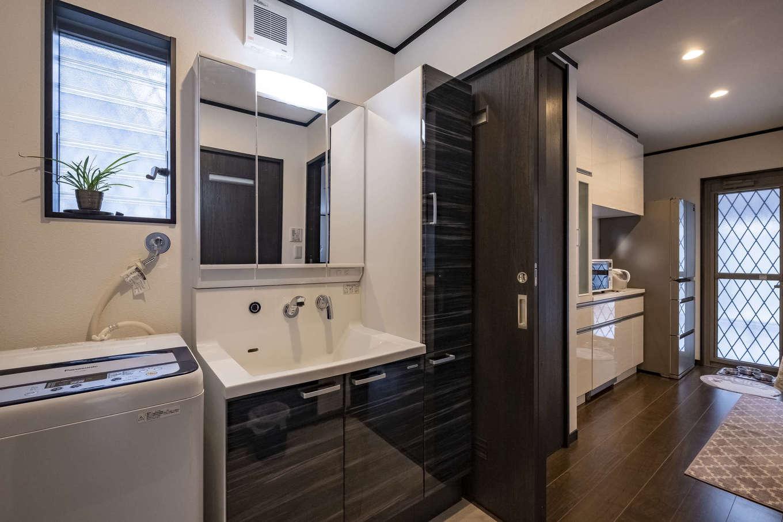 """キッチンとサニタリーを一直線にレイアウト。""""ながら作業""""も効率よく行えて、時間短縮に役立つ。玄関側からの動線も用意され、LDKの来客と顔をあわせることなく、浴室や洗面を利用できる"""