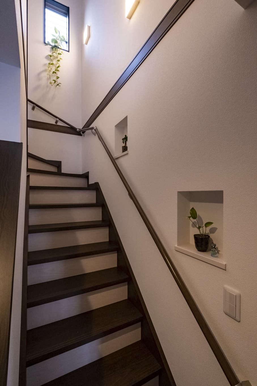 LDK、寝室のほか、玄関や階段など、多くの場所にニッチを設けてもらった。奥さまの好きなグリーンが置かれ、目に心地よさが運ばれる