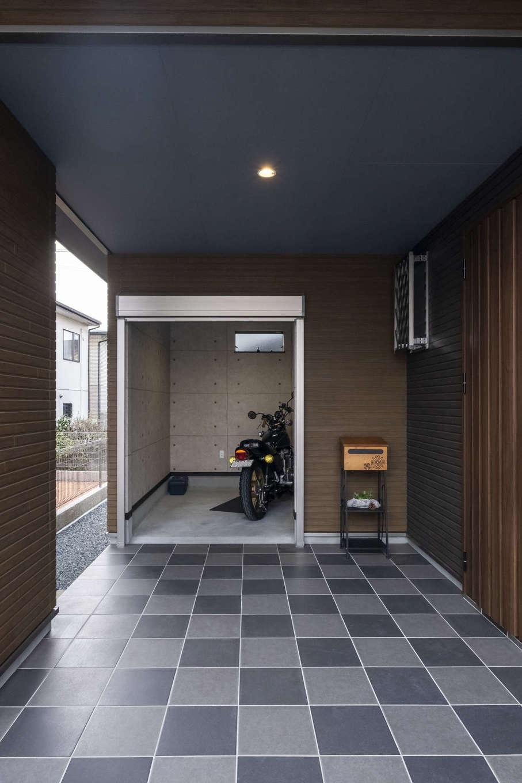 バイク好きのご主人が一番こだわったインナーガレージ。家の中にも通用口を設け、外に出なくとも出入りが可能になっている