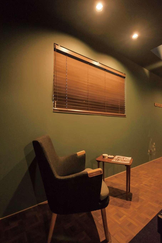 Hands Works(ハンズワークス)【デザイン住宅、夫婦で暮らす、間取り】絨毯張りの寝室には、一部にフローリングを用いてお休み前のくつろぎのコーナーが誕生