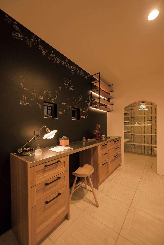 Hands Works(ハンズワークス)【デザイン住宅、夫婦で暮らす、間取り】キッチン収納は、黒板の壁面が引き立つデスクタイプに