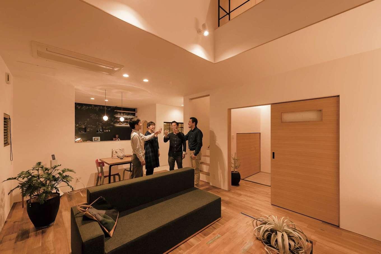 Hands Works(ハンズワークス)【デザイン住宅、夫婦で暮らす、間取り】家中をひとめぐりしたところで、リビングで乾杯。落ち着いた深みのあるアカシアの無垢床と珪藻土の自然素材が心地いい。エアコンは天井のビルトインにしてすっきり