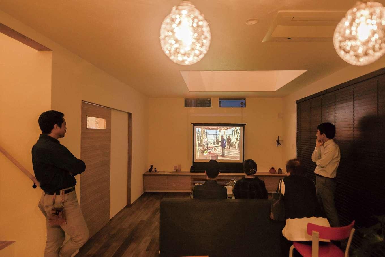 Hands Works(ハンズワークス)【デザイン住宅、夫婦で暮らす、間取り】家づくりを振り返るスライド上映会も、引き渡し時の恒例儀式。建て替え前の平屋の家を懐かしく振り返っていた