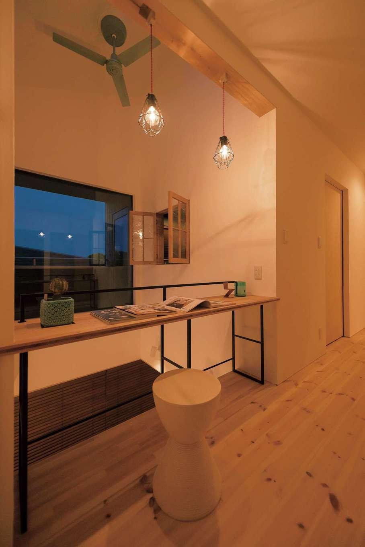 Hands Works(ハンズワークス)【デザイン住宅、夫婦で暮らす、間取り】奥さまが希望した読書のための小さなスペース。カウンターを吹き抜け側に逃がし、廊下が狭くならないよう配慮