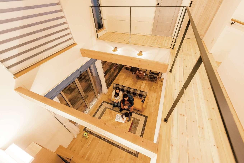 リビング上部に設けた大きな吹き抜けはTさん夫婦の憧れ。2階ホールもアイアンとワイヤーの手すりにして、開放感をもたらすとともに、家中に光を取り込む