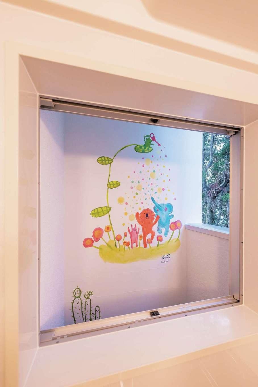 浴室の窓の外にはかわいい壁画。子どもが好きな動物と、奥さまリクエストのサボテンを描いてもらった