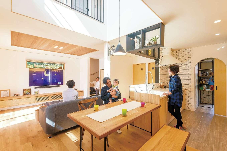 かっこよくて暮らしやすい、光が満ちる自然素材の家