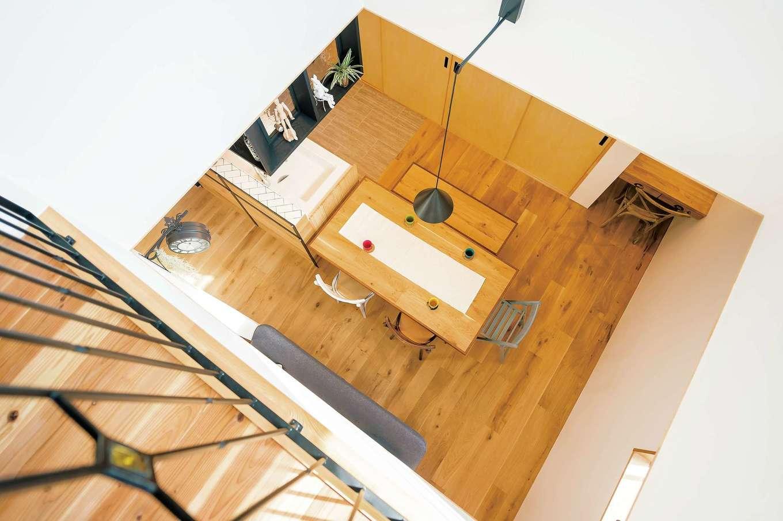 ダイニングテーブルは、床と同じヨーロピアンオークで造作。奥さまのお父さまから、お二人へのサプライズプレゼントとなった