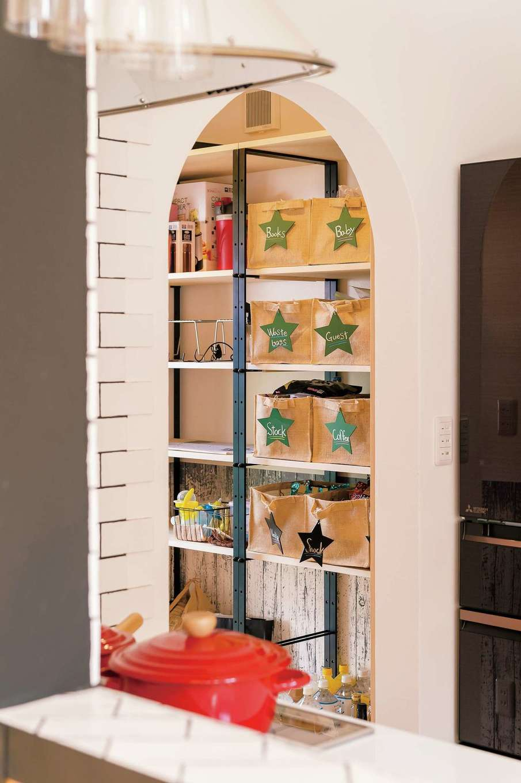 キッチンパントリーの壁はアーチ型に。アイアンのシェルフを取り付けてもらい、見えてもお洒落な収納に