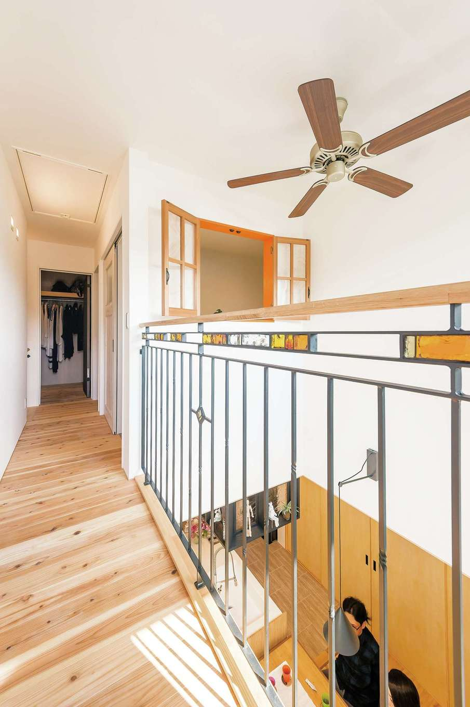 Hands Works(ハンズワークス)【デザイン住宅、自然素材、高級住宅】吹き抜け上部はアイアンの手すりで開放感をキープ。ステンドグラスをはめ込み、手すり部分には木を用いて、異素材の組み合わせが楽しめる