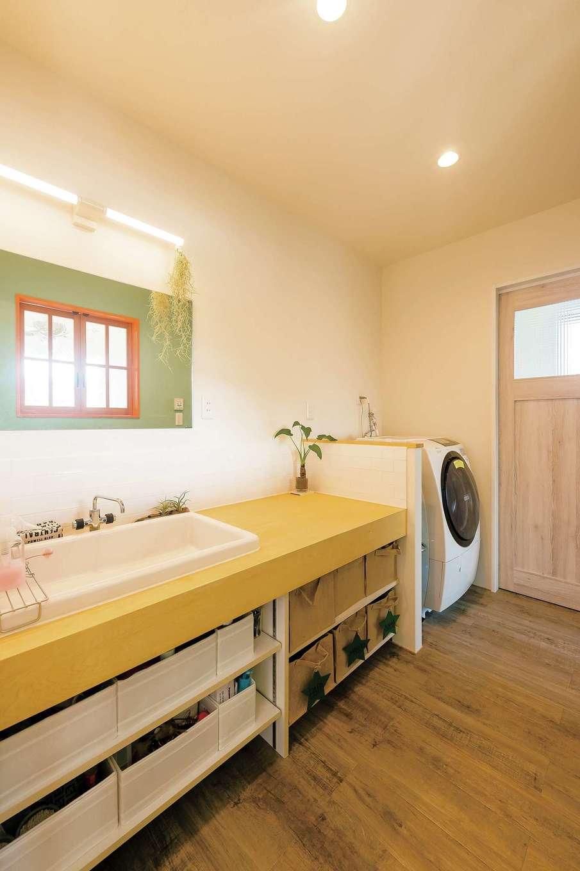 Hands Works(ハンズワークス)【デザイン住宅、自然素材、高級住宅】プライベートゾーンの浴室、洗面脱衣所は2階に。大きなシンクが使いやすい。そのままベランダにも出られ洗濯時も便利