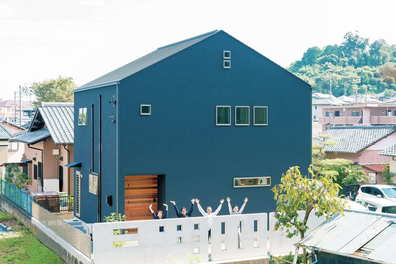 Hands Works(ハンズワークス)【デザイン住宅、自然素材、高級住宅】黒い外壁はご主人の希望で。造作の玄関ドアも印象的