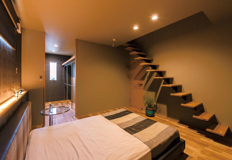 寝室には小屋裏に通じる持ち出しの階段が。下に行くほど踏み板の幅を狭くし、視覚的にも空間的にもすっきりとしている