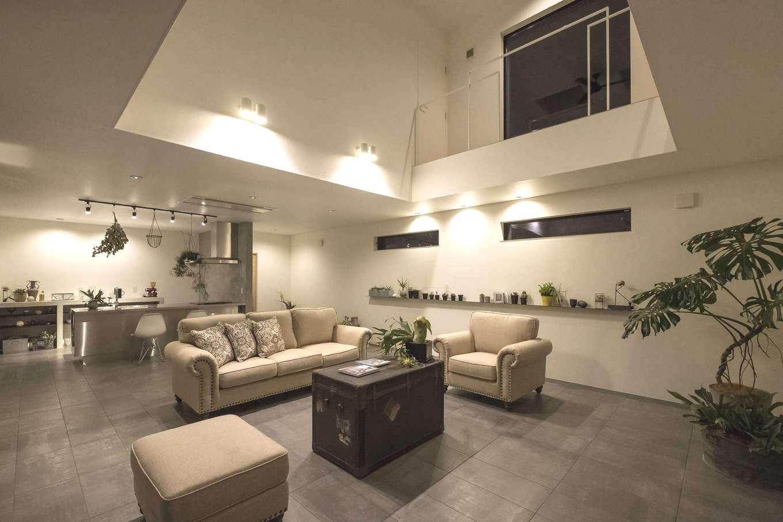 Hands Works(ハンズワークス)【デザイン住宅、趣味、インテリア】30畳を越すLDK。床にはタイルを用いて、インテリアもシンプルに。飾り棚に用いた鉄板は、厚さわずか5mm。主張しすぎず、それでいて空間のアクセントにもなっている