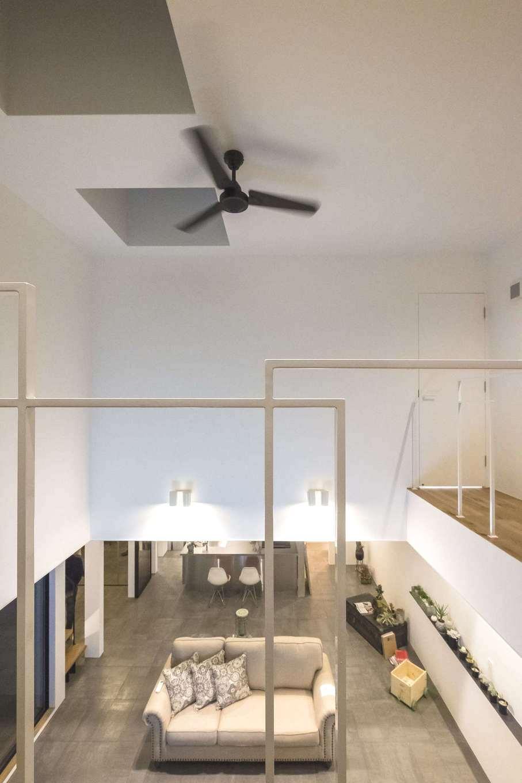 Hands Works(ハンズワークス)【デザイン住宅、趣味、インテリア】リビング上部の吹き抜けが、大空間のリビングに縦方向の開放感を与えている。吹き抜けを囲むキャットウォークの繊細なワイヤーフレームが、コンテンポラリーアートの作品のよう