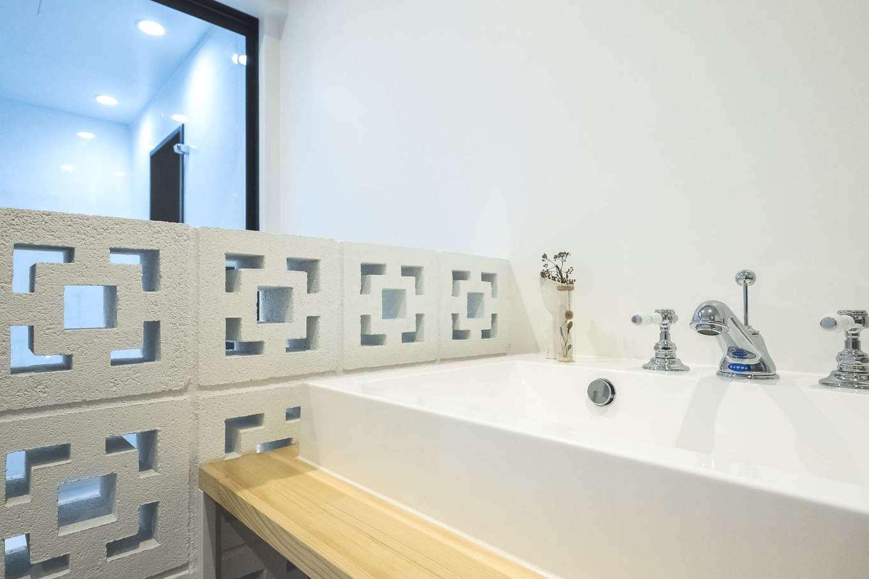 Hands Works(ハンズワークス)【デザイン住宅、趣味、インテリア】沖縄の建築物に用いられる「花ブロック」を洗面脱衣所の仕切り壁に。カッティングデザインはかわいいだけでなく、通気性もあるので、水回りにはぴったり