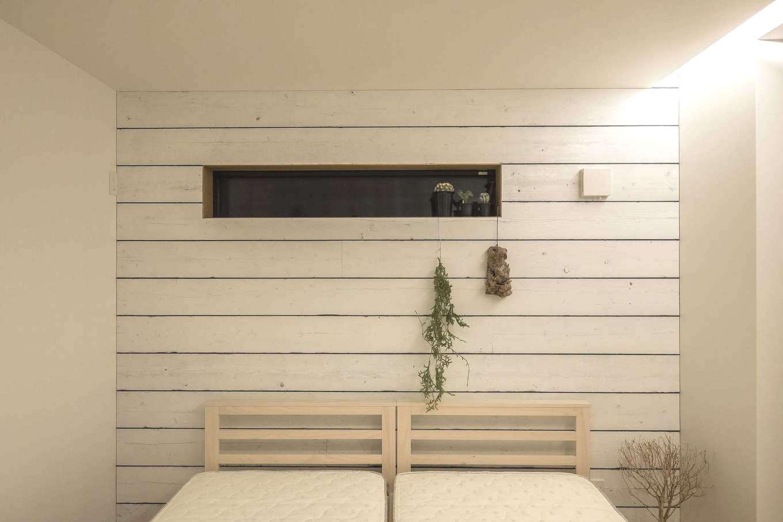 Hands Works(ハンズワークス)【デザイン住宅、趣味、インテリア】足場板は施主さんが塗装。寝室は大好きなカリフォルニアテイストで爽やかに仕上げた。プライバシーを守れるスリット窓で採光と通風を確保。夜は間接照明が優しいくつろぎに空間に