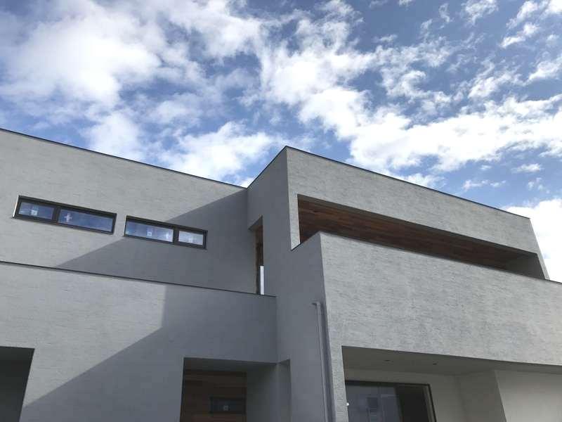 Hands Works(ハンズワークス)【デザイン住宅、インテリア、狭小住宅】デザイン性を重視してバルコニーの幅を綿密に調整。壁の高さがずれることで、動きのある表情が生まれている