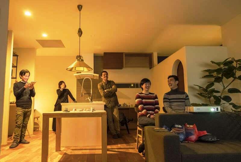 Hands Works(ハンズワークス)【デザイン住宅、インテリア、狭小住宅】床材は落ち着いた色調のアメリカンブラックチェリー。茶室風の和室は入り口をアーチにしたり、エアコン隠しの格子など、細かな部分のデザイン性も配慮されている