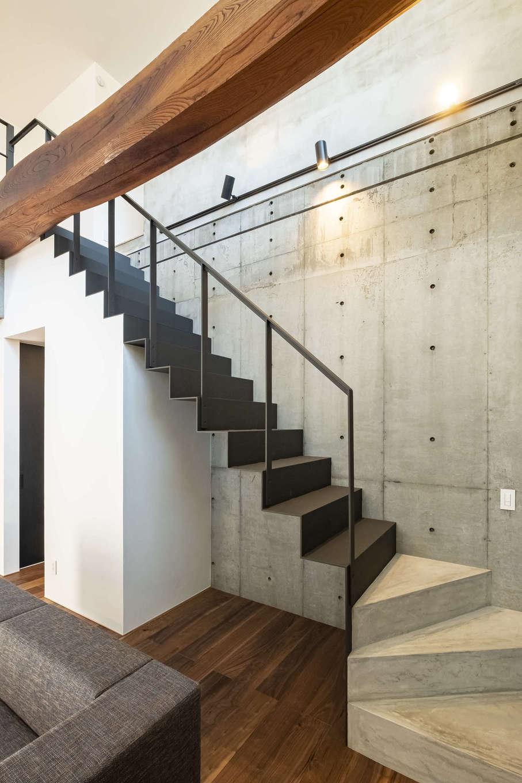 Hands Works(ハンズワークス)【デザイン住宅、自然素材、高級住宅】RC造の1階空間に、太い梁を意匠的に組んでニュアンスを出した。無機質なコンクリート素材と温かみのある木造の組み合わせに、施主さんの強いこだわりが感じられる