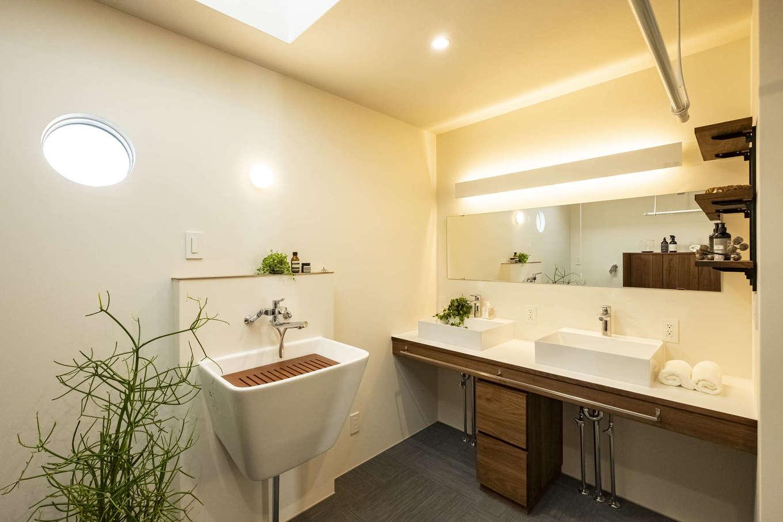 Hands Works(ハンズワークス)【デザイン住宅、自然素材、高級住宅】ホテルライクなパウダールーム。洗面ボウルを2つ備えて、朝の混雑も解消。汚れたユニホームや靴などを漬け置き洗いできる深底のシンクも便利