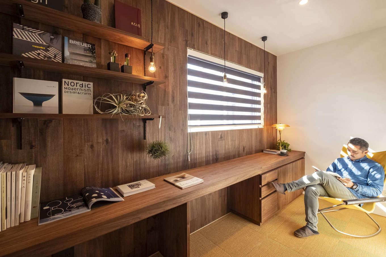 Hands Works(ハンズワークス)【デザイン住宅、自然素材、高級住宅】L字型のカウンターを造作したご主人の書斎。普段はリビングに家族が集まりながら、こうして一人になれる居場所もあるのがいい