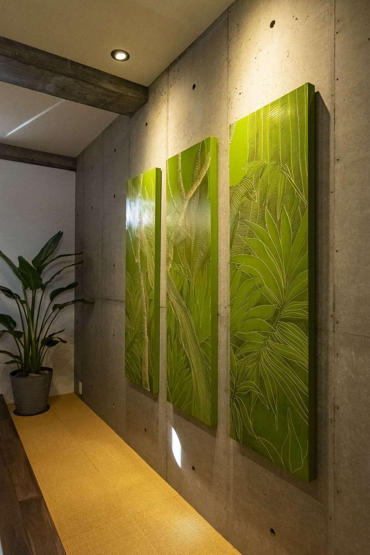 Hands Works(ハンズワークス)【デザイン住宅、自然素材、高級住宅】主寝室のRCの壁にアート作品を飾り、ギャラリーのような雰囲気に。間接照明で柔らかく照らし、リラックス効果を高める。目線を緩やかにカットしつつ光を通す花ブロックも採用して、リゾート感を演出