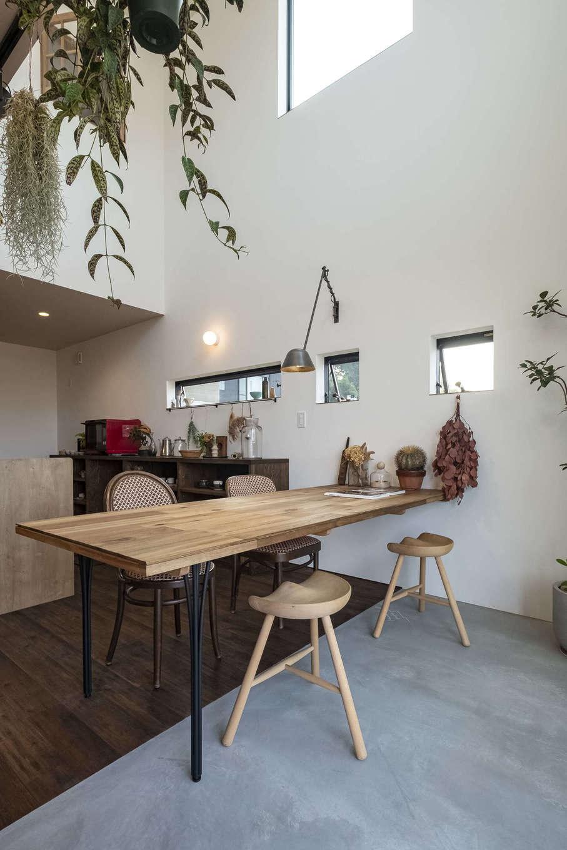 Hands Works(ハンズワークス)【子育て、自然素材、インテリア】吹抜けの開放感が気持ちいい、土間仕上げのダイニング。家具もアンティーク調でコーディネートされ、センスのいいカフェでくつろいでいるような気分に