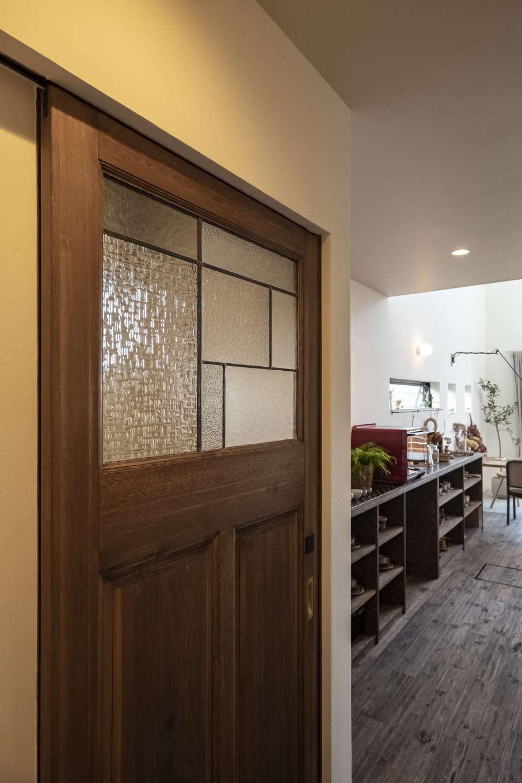 Hands Works(ハンズワークス)【子育て、自然素材、インテリア】建具の造作も『Hands Works』の得意とするところ。気泡ガラスの風合いに合うよう職人が手仕事で美しく仕上げた引き戸は、アカシアの床の色味も計算して作られている