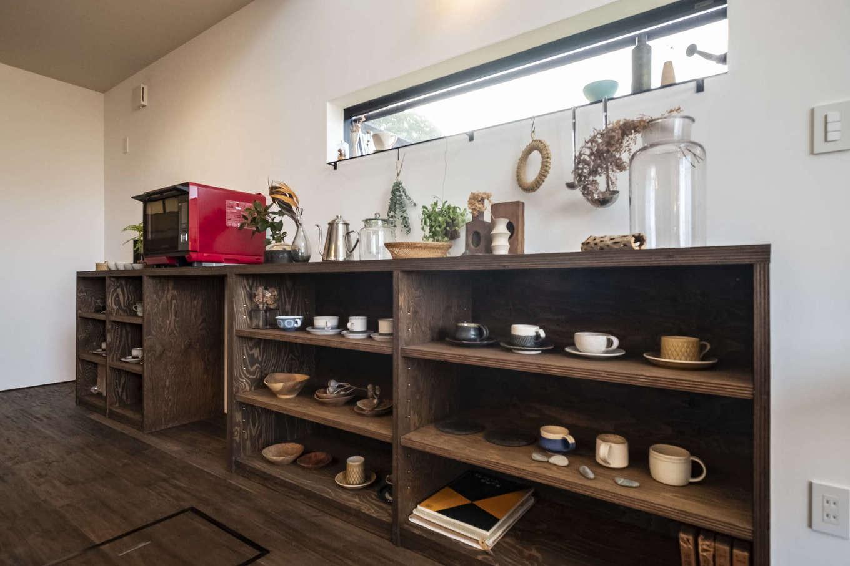 Hands Works(ハンズワークス)【子育て、自然素材、インテリア】「見せるカップボード」はまさにカフェそのもの。持っている器のサイズに合わせて造作した。目線を外すためのスリット窓が空間に花を添える