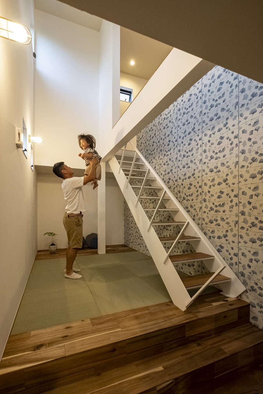 Hands Works(ハンズワークス)【子育て、自然素材、インテリア】階段下のデッドスペースを活かして作ったスキップフロアの畳コーナー。白く塗装した鉄骨階段と輸入クロスで軽やかな雰囲気に