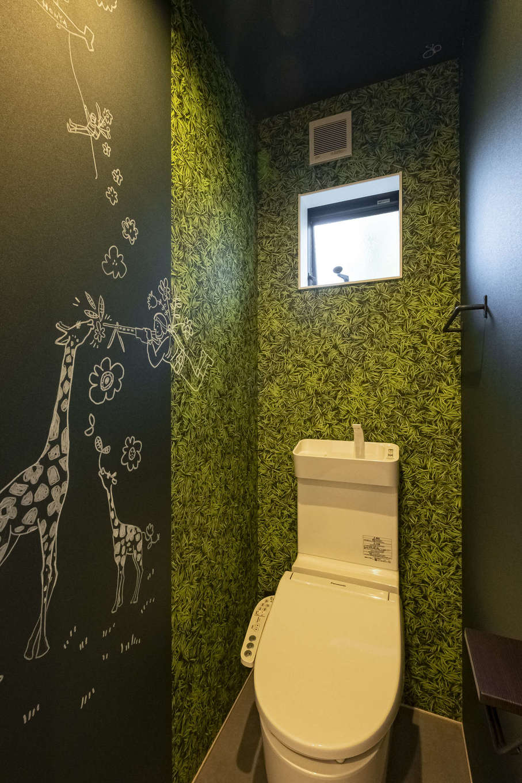 Hands Works(ハンズワークス)【子育て、自然素材、インテリア】暗くなりがちなトイレの壁に好きな絵を描いて遊び心を。いつでも自由に描き替えられるのがいい