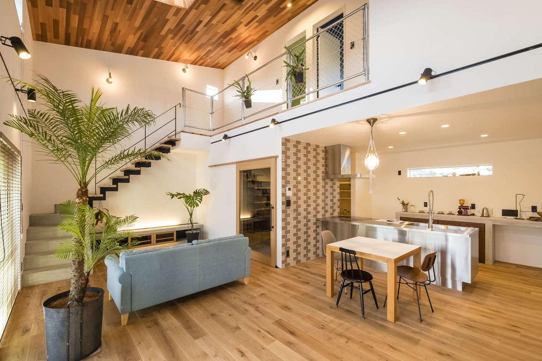 家族がどこにいても気配を感じられる、吹抜けの大空間。床にも天井にも無垢材を採用し、ぬくもりのある雰囲気に。吹付け断熱を施工したことにより、冷暖房効率を逃がさず、夏も冬も快適に過ごせる
