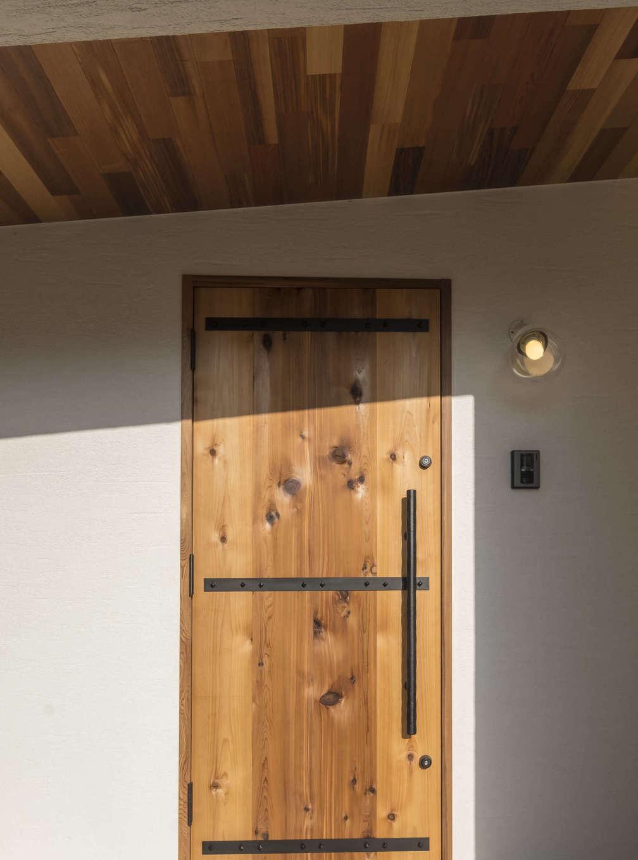 塗り壁によく似合うオリジナルの木製ドア。既製品にはないあたたか味、重厚感、手触りの良さが魅力。アイアンの取っ手も特注。使い込むほどに味わいが出てくる