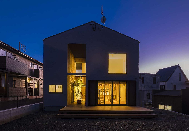 Hands Works(ハンズワークス)【デザイン住宅、収納力、自然素材】三角屋根のシンプルなフォルムの外観。北側にあるみかん畑の借景を楽しむために、窓の大きさと位置を考慮した