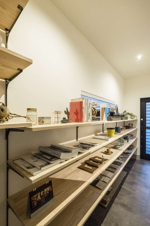 Hands Works(ハンズワークス)【デザイン住宅、収納力、自然素材】3.75畳もあるパントリーには、出しやすくてしまいやすい食品棚を造作した。勝手口ともつながり、家事動線もストレスフリー