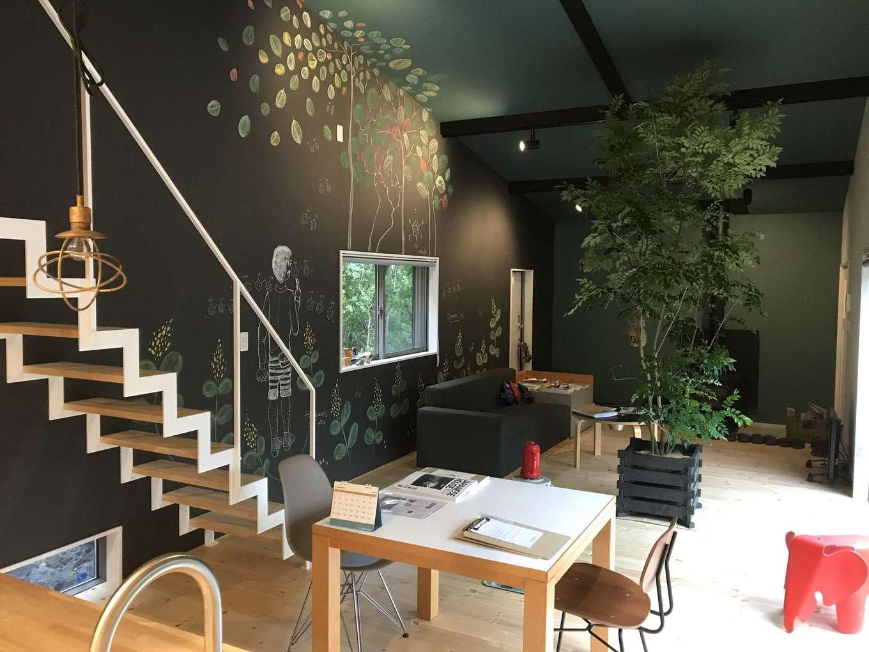 Hands Works(ハンズワークス)【1000万円台、趣味、平屋】マットな質感の黒とグリーンの色使いに癒やされる室内。黒板クロスのイラストは、窓の外の景色と連動するように描かれている