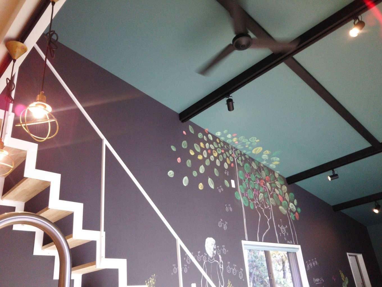 Hands Works(ハンズワークス)【1000万円台、趣味、平屋】黒板クロスに描かれたイラストは、この別荘地にある木々をイメージ。天井に張ったグリーンのクロスとのバランスも完璧