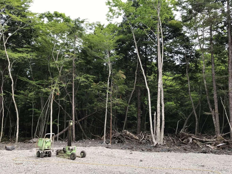 Hands Works(ハンズワークス)【1000万円台、趣味、平屋】建設予定地は岩石がゴロゴロ、木や草が伸び放題で荒地そのものだった。土地と木々を整備することから始まり、完成までに1年かかったという。「こんなに素晴らしい環境になるなんて、びっくりです!」とご主人