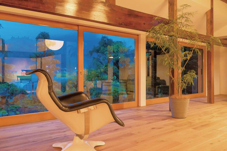 Hands Works(ハンズワークス)|ウッドフレームの大きな窓は、外からもお気に入りの家具が見えるように特注