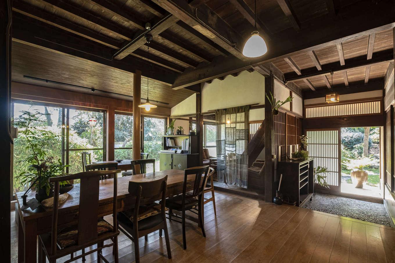 ゆったりとしたカフェスペース。天井と床は既存のまま。漆喰の壁は施主さんが自分で塗ったそう。奥行きや天井の高さがあるので、見た目よりも広く感じられる