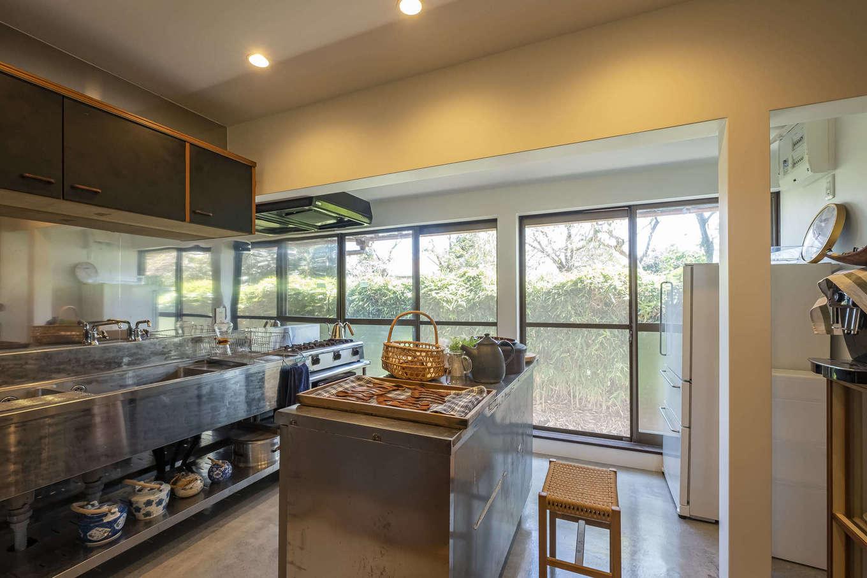 レストランの厨房のような空間に生まれ変わったキッチンスペース。料理教室も開けるように設計されている。ステンレスの素材感がカフェスペースの木の雰囲気と対照的で、そのギャップが面白い