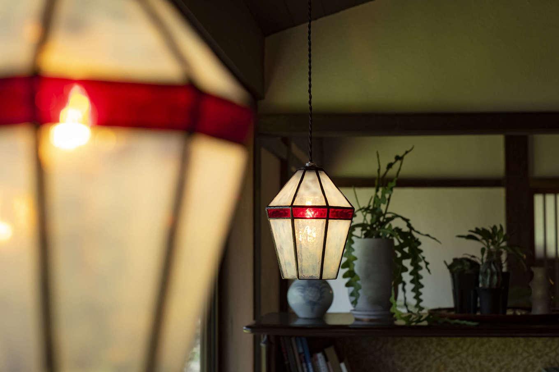 奄美大島在住のガラス作家に作ってもらったオリジナルのペンダントライトが、暗くなってきた室内をやさしく照らし出す